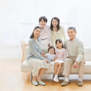 親同居の仲良し家族イメージ