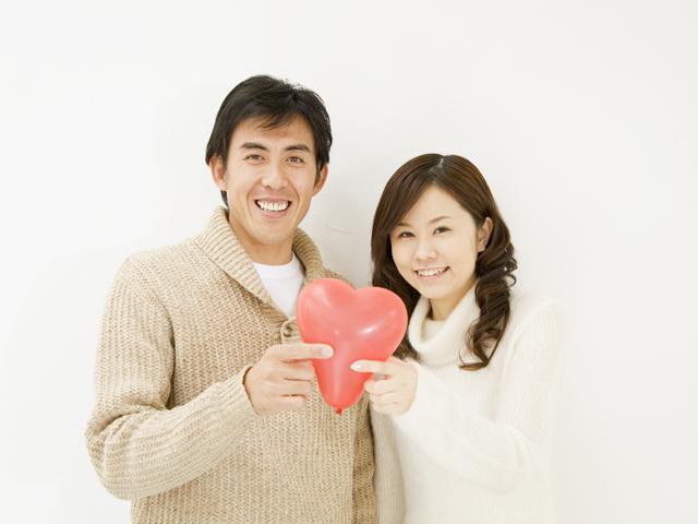 婚姻届を提出した新婚カップル