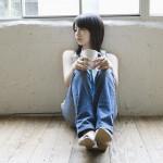独りで過ごす女性イメージ