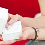 理想の結婚指輪を手にするイメージ