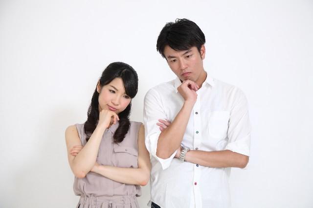 保険について考える夫婦