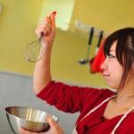 手料理を頑張る女性イメージ